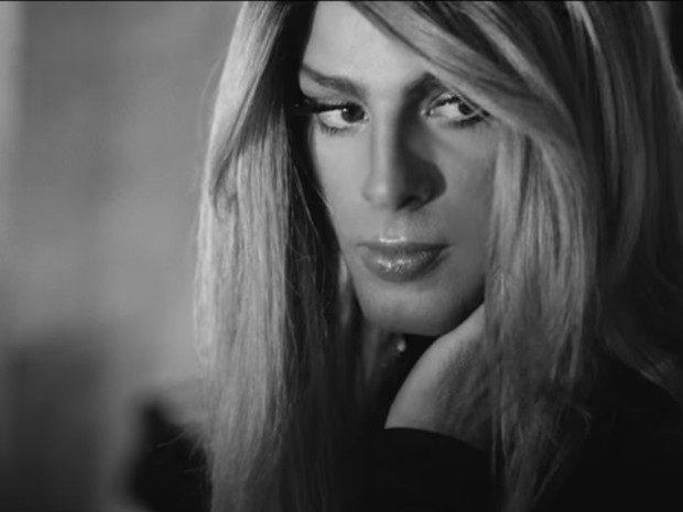Cauã Reymond como Clara, no clipe de canção de Barbara Ohana