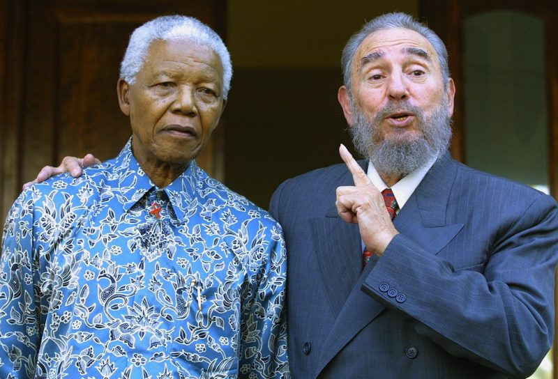 Fidel Castro e Nelson Mandela, em 2001: atuação cubana na África