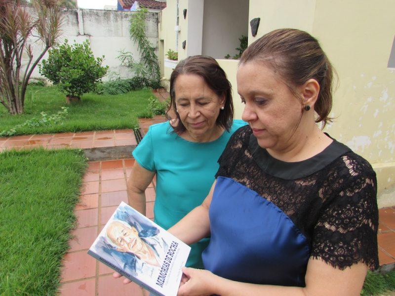 As filhas Maria e Ana Cláudia Rocha: trabalho de árduo para reunir a obra do pai. / Foto: Rogério Borges