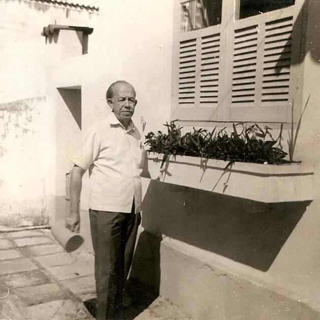 Benedito Rocha em frente à casa da família no Centro: uma vida cheia de reviravoltas. / Foto: Acervo da família