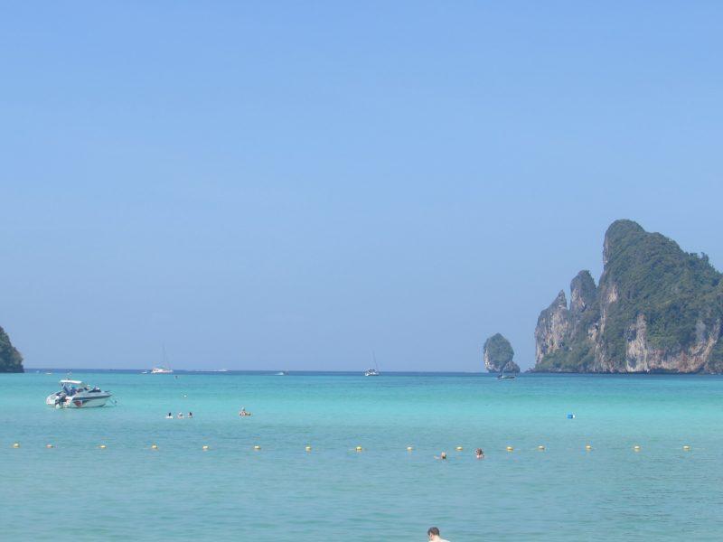 Mar azul e águas mornas: impossível não se encantar por Phi Phi. / Foto: Rogério Borges