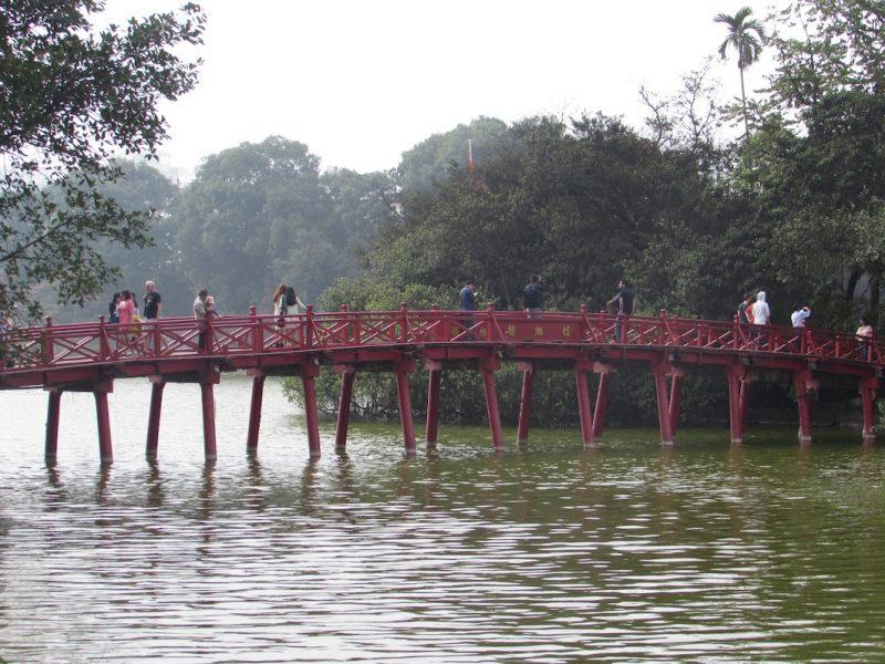 Lago no centro de Hanói: local agradável e cheio de lendas. / Foto: Rogério Borges