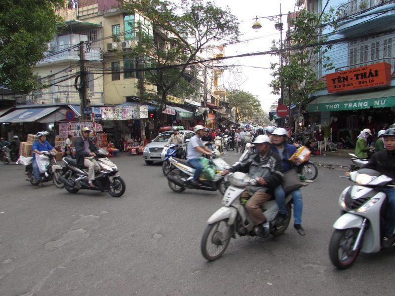 Cruzamento típico no trânsito de Hanói: falta sinais, sobram motos e buzinas, mas todos se entendem. / Foto: Rogério Borges
