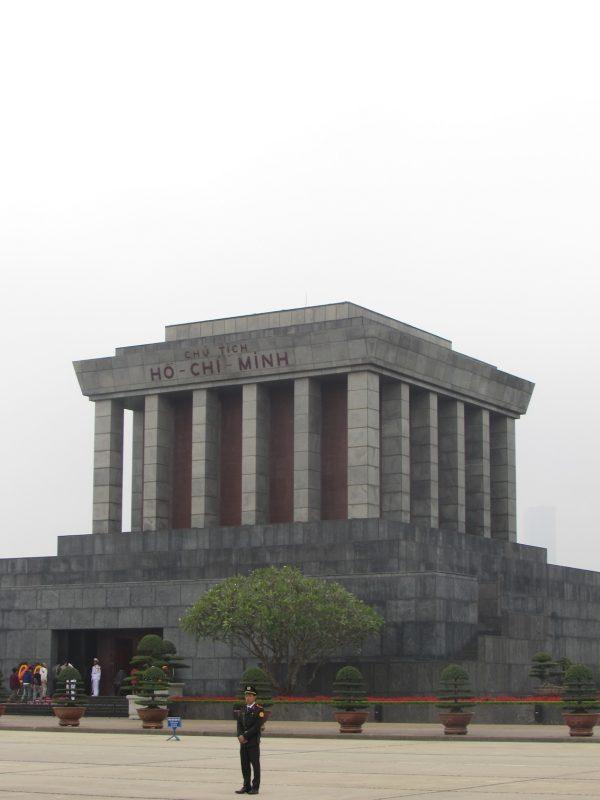 Monumento onde está o corpo do comandante Ho Chi Min: idolatria típica de regimes comunistas. / Foto: Rogério Borges