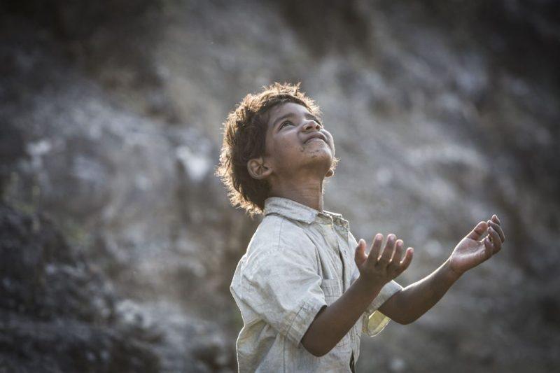 O pequeno Saroo, interpretado pelo ator-mirim Sunny Pawar: estupendo no papel