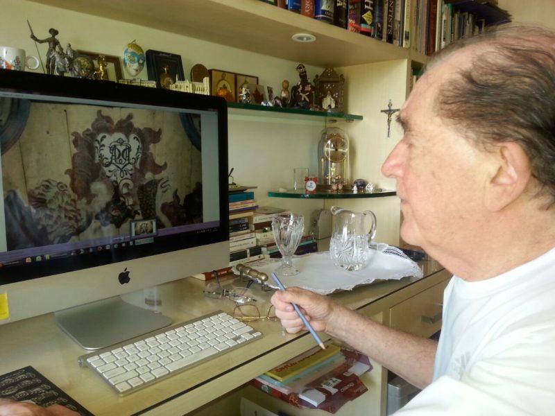 Heitor Rosa averigua sua obra no computador: quatro anos de pesquisa