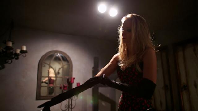 Dominatrix Nina Payne, em cena do documentário Kink: submundo descoberto