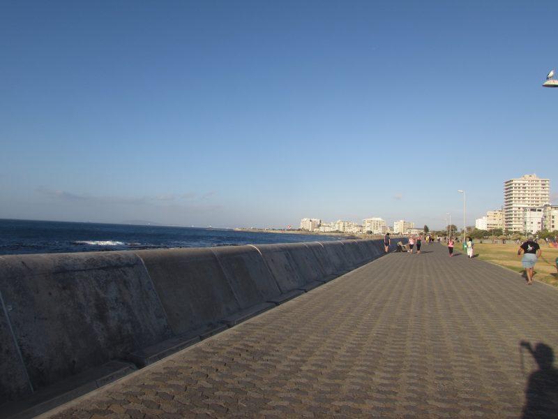 Calçadão à beira-mar do Sea Point: bons restaurantes e ótima atmosfera. / Foto: Rogério Borges