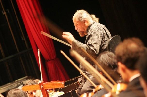 Maestro rege a Orquestra Sinfônica de Goiânia: música para todos. / Foto: Divulgação