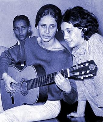 Nos anos 1960, nos tempos dos Doces Bárbaros: duas meninas