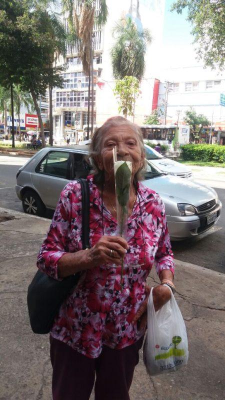 """Dona Adelfina adorou o presente de Rômulo: """"Deixa eu te dar um abraço de mãe"""""""
