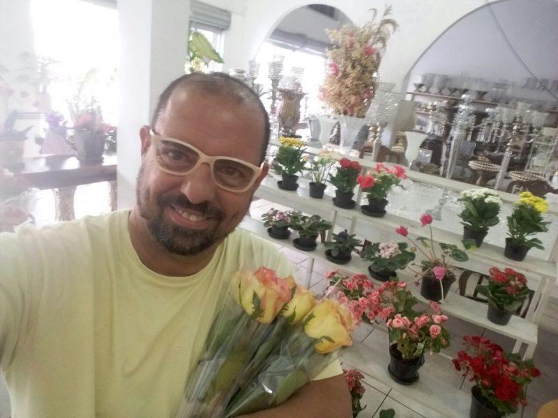 Na floricultura, Rômulo escolhe as rosas que vai distribuir: vida cheia de desafios