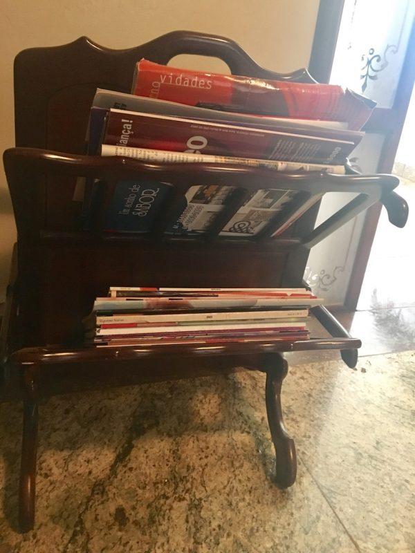 Porta-revistas na casa de Sinhozinho: sinais de um tempo passado. / Foto: Cileide Alves