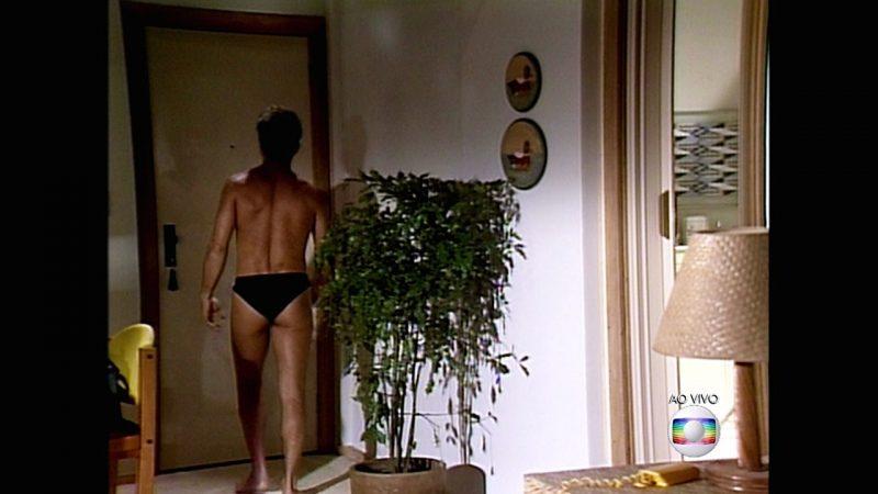 Ator Carlos Alberto Riccelli em cena da novela Vale Tudo: sungas mais mais ousadas foram patrulhadas