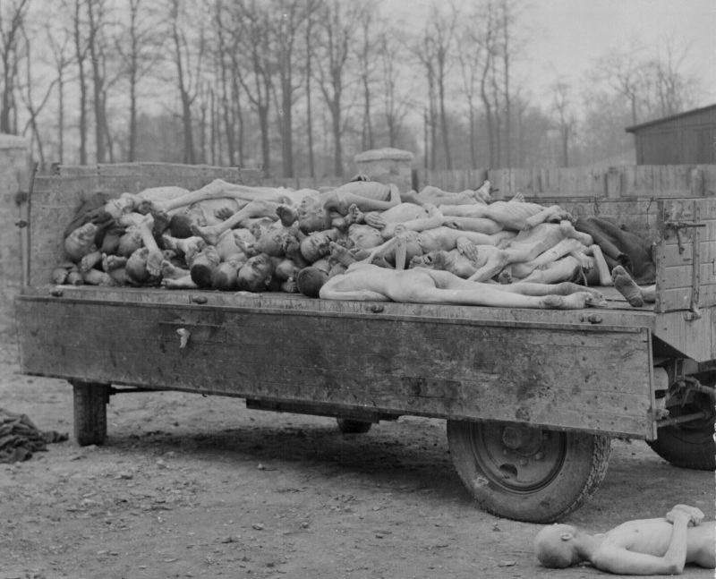 Corpos de judeus exterminados em campo de concentração nazista: genocídio