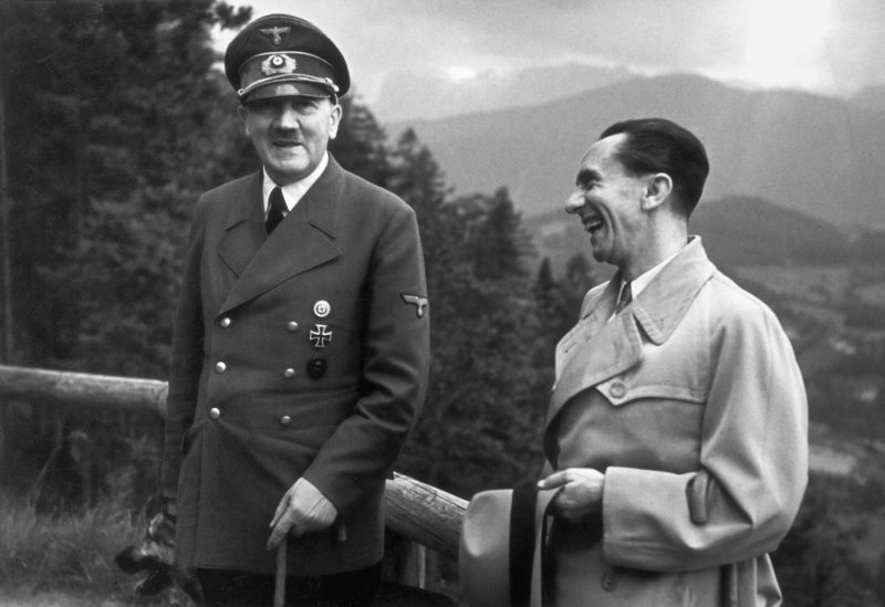 Hitler e Goebbels: líderes nazistas servidos e reverenciados por uma massa de pessoas
