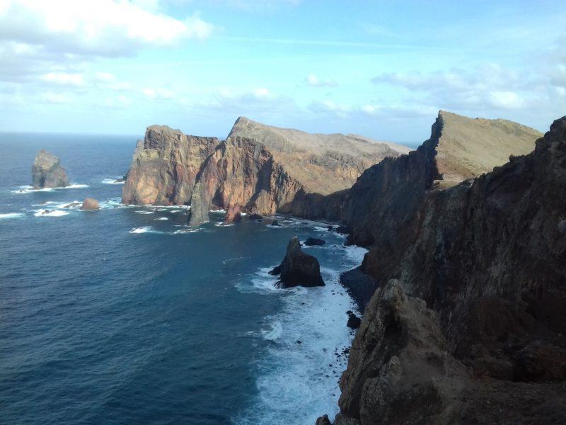 Montanhas no litoral da Madeira: praias desertas, mas poucas com areia. / Foto: Rogério Borges