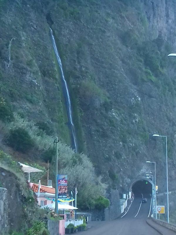 Cachoeira às margens da estrada: cenários de cinema. / Foto: Rogério Borges
