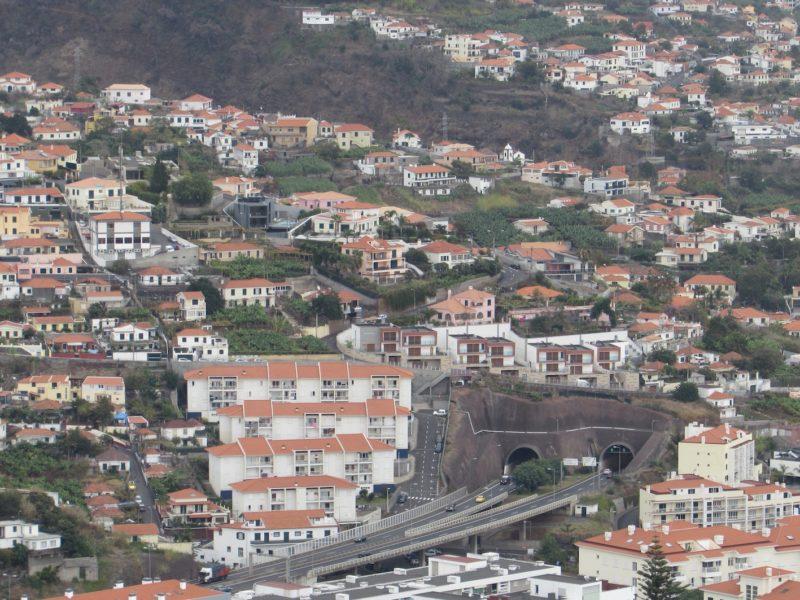 Túneis perfuram a paisagem da Ilha da Madeira: malha subterrânea extensa. / Foto: Rogério Borges