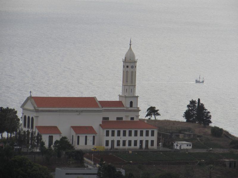 Igreja de São Martinho a partir da vista do Pico dos Barcelos: cartão-postal. / Foto: Rogério Borges