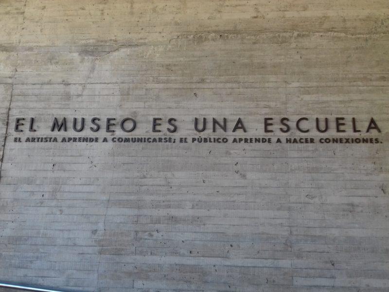 Mensagem na entrada do museu chileno: lembrete da importância da memória. / Foto: Rogério Borges