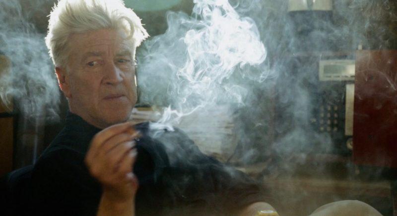 David Lynch em cena do documentário: um homem atrás de certa cortina de fumaça. / Fonte: Divulgação