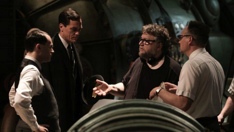 Diretor Guillermo del Toro (de óculos, ao centro) em ação: fiel ao seu imaginário. / Foto: Divulgação
