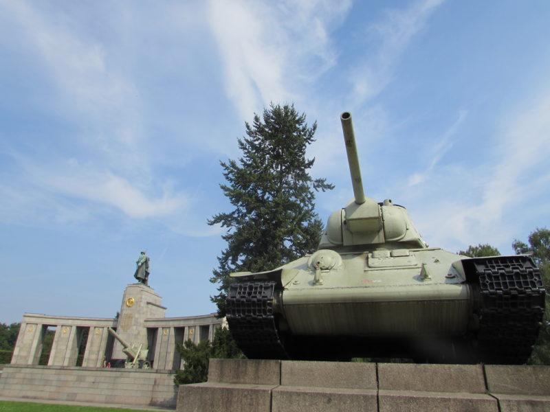 Tanque soviético em memorial em homenagem ao soviéticos: ideologias não mudam a História. / Foto: Rogério Borges