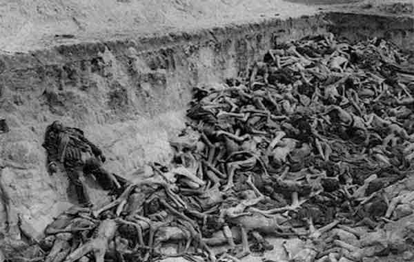 Vala comum com vítimas dos campos de concentração nazistas: o horror