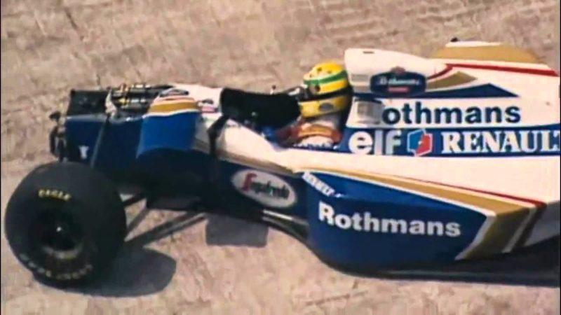 Ayrton Senna em sua William destruída após o acidente: o ídolo morreu na frente do País / Imagem: Reprodução TV
