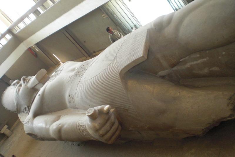Gigantesca estátua de Ramsés II, que pode ser vista na antiga capital do império, Memphis. / Foto: Rogério Borges