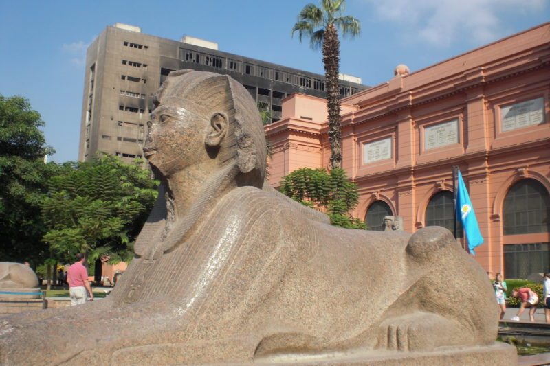 Entrada do Museu Egípcio do Cairo: cidade passou por momentos tensos nos últimos anos