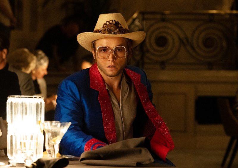 Taron Egarton como Elton John jovem: uma vida cheia de perigos / Foto: Divulgação