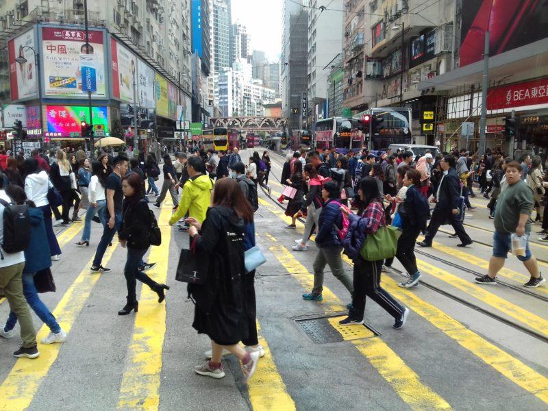 Ruas movimentadas de Hong Kong: protestos da população acostumada à liberdade desafia Pequim. / Foto: Rogério Borges