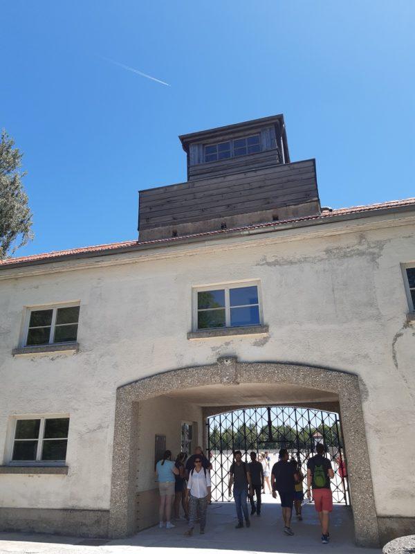 Entrada do campo de concentração de Dachau: portão do inferno
