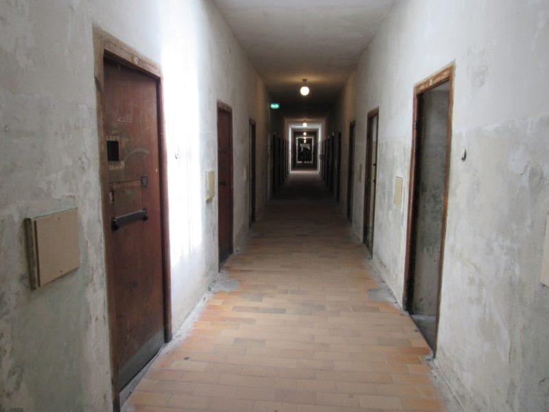 Corredores com celas em Dachau: prisioneiros desde os primeiros meses do nazismo