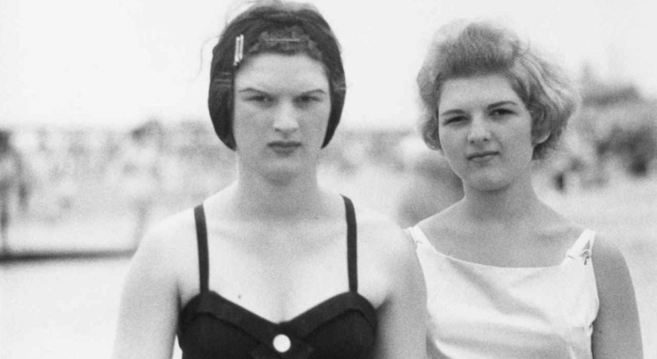 Imagem: Two Girls on The Beach (Diane Arbus, 1958)